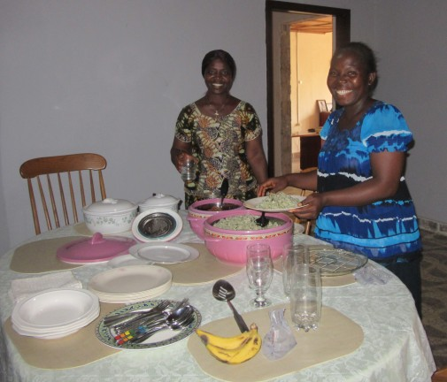 laytopoe-and-amelia-prepares-meals-for-our-guests